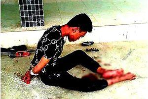 Đang điều tra vụ chồng dính đầy máu me ngồi ôm xác vợ