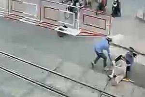 Ngã trên đường ray lúc tàu đang lao tới, bà cụ thoát chết trong gang tấc