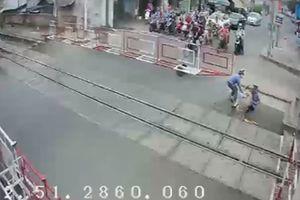 2 nữ nhân viên gác chắn dũng cảm cứu cụ bà trước đầu tàu hỏa