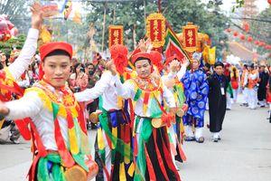 Trai Hà Nội thoa phấn, tô son múa bồng trong lễ hội làng Triều Khúc