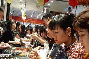 Nhân viên cửa hàng vàng 'mệt lả' vì khách mua vàng quá đông ngày vía Thần Tài