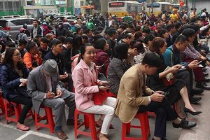 Người Hà Nội xếp hàng từ sáng sớm chờ mua vàng ngày vía Thần Tài