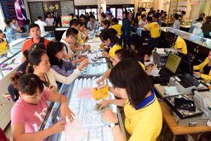 Người Sài Gòn đổ xô mua vàng ngày vía Thần tài giữa trưa
