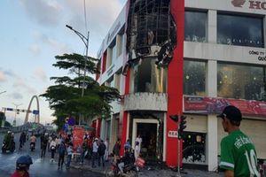 Khói lửa bốc lên nghi ngút từ đại lý xe máy tại Đà Nẵng