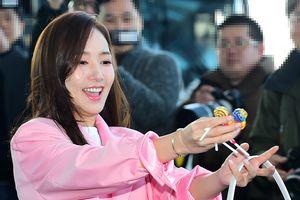 Sân bay Hàn Valentine 2019: Park Min Young tặng kẹo cho fan, Park Bo Gum cùng dàn sao 'SKY Castle' gây sốt