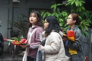 Nam thanh, nữ tú nô nức đến chùa Hà cầu duyên trong ngày Valentine