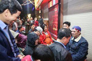 Người dân xếp hàng đông kín từ 4h sáng mua vàng ngày vía thần tài