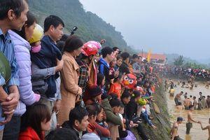 Hàng trăm người tham dự hội bắt cá bằng tay tại Na Hang, Tuyên Quang
