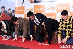 Dàn sao Hàn quỳ gối, cúi đầu cảm ơn khán giả vì phim đạt kỷ lục