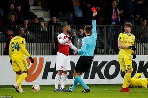 Tiền đạo đắt giá bị đuổi, Arsenal thua sốc ở Europa League