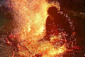 Huyền bí tục nhảy vào lửa đầu năm mới