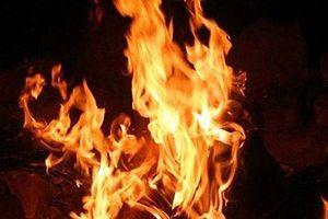 Bị từ chối khi xin tiền khám bệnh, chồng tưới xăng đốt chết vợ