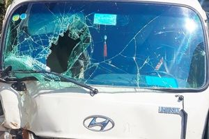 Ô tô 29 chỗ bất ngờ lao vào lề đường, hàng chục hành khách hú vía