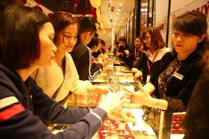 Mua vàng Thần Tài: Đám đông làm lợi cho người bán