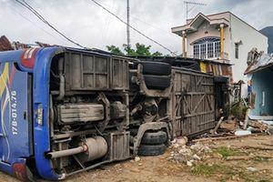 Khánh Hòa: Xe khách nổ lốp tông sập nhà dân