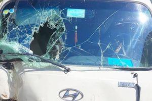 Xe khách lao lề đường sau cú đánh lái bất ngờ do mất phanh