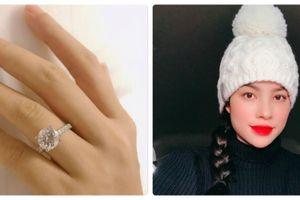 Hoa hậu Phạm Hương đeo nhẫn kim cương ngón áp út và thông báo 'hết ế'