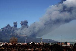 Tro bụi núi lửa Etna bốc lên đen kịt đen bầu trời Italy