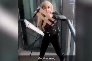 Cô gái trẻ vứt ghế từ ban công cao ốc xuống đường gây nguy hiểm