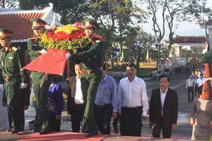 Dâng hương anh hùng liệt sĩ và dự lễ tết trồng cây