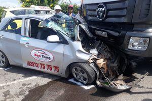 Nghi xe tải chạy trái đường né trạm thu phí, tông nát đầu taxi