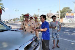 Kiểm tra ma túy tài xế ở đường dẫn cao tốc TP.HCM – Trung Lương