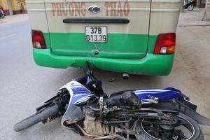 Xe máy va chạm xe buýt, một người bị thương nặng