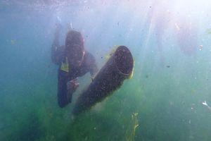 Lặn vớt rác biển ven bờ đảo Lý Sơn