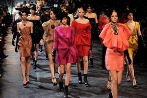 'Gái già' bốc lửa Paris Hilton trở thành tâm điểm khi catwalk tại New York Fashion Week