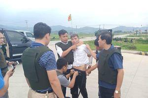 Vụ cảnh sát vây bắt nhóm người cầm súng cố thủ trong ô tô chở ma túy: Nghi phạm thứ 3 ra đầu thú