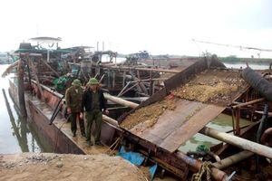 Hải Dương: Bắt tàu hút cát trái phép ngay chân kè đê sông Thái Bình