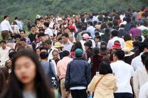 Dòng người đông đúc chen nhau lên ngôi chùa lớn nhất thế giới ở Hà Nam