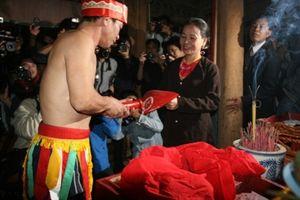 Hàng nghìn người chen lấn xem lễ hội Linh tinh tình phộc lúc nửa đêm
