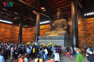 Hàng vạn du khách về chùa Tam Chúc dự lễ khai hội Xuân