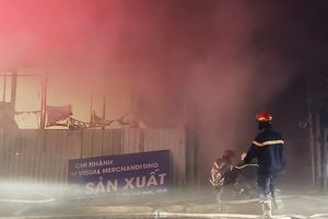 Biển lửa bao trùm nhà xưởng ở Thủ Đức trong đêm