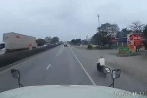 Xe máy lao vun vút khiến xe tải lật xuống đường vì né tránh
