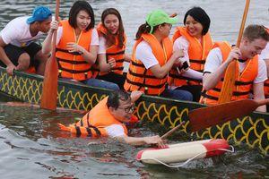 Thành viên đội Thụy Điển ngã xuống nước khi đua thuyền trên hồ Tây