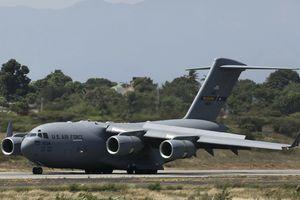 Máy bay quân sự C-17 Mỹ đưa hàng viện trợ đến sát biên giới Venezuela