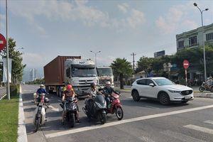 Đà Nẵng tách riêng làn xe máy và xe tải trên đường ra cảng Tiên Sa