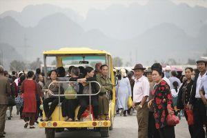 Du khách ngao ngán, mỏi mắt chờ xe điện ngày khai hội chùa Tam Chúc