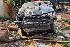Ôtô bất ngờ mất lái tông sập quán cà phê ven đường