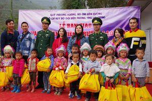 Bàn giao điểm trường Lao Chải và tặng quà cho các em học sinh, đồng bào nghèo