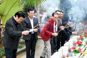 Nguyên Chủ tịch nước Trương Tấn Sang thắp hương tưởng niệm các liệt sĩ tại Vị Xuyên