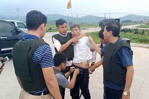 Tạm giữ hình sự 3 nghi phạm vụ ôm súng cố thủ