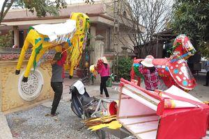 Hàng mã toàn voi, ngựa, kiệu, thuyền 'khủng' xếp hàng chờ 'thiêu' ở đền Kiếp Bạc