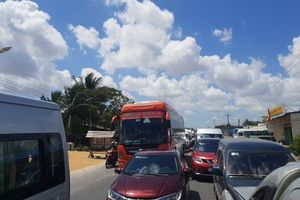 Hàng ngàn ô tô bị ùn ứ ở Sóc Trăng