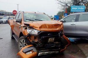 Tông vào 2 xe ô tô rồi lật nghiêng,tài xế container chết tại chỗ