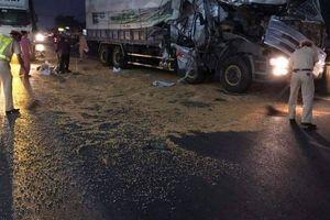 CSGT phân luồng, thu gom hàng tấn ngô đổ ra đường giúp tài xế sau tai nạn