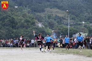Các cô gái xinh đẹp trong trang phục dân tộc đá bóng ở Quảng Ninh