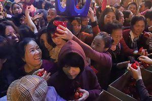 Lễ cầu an chùa Phúc Khánh: Ngàn người ngồi tràn đường, chen lấy lộc